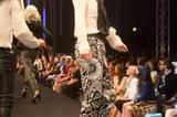 Die Seidenbluse ist von Schumacher, die Hose von Marc Cain, die Schuhe sind von InWear und die Sonnenbrille von Fielmann.