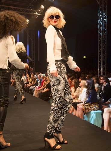 BRIGITTE Fashion Event: Die Seidenbluse ist von Schumacher, die Hose von Marc Cain, die Schuhe sind von InWear und die Sonnenbrille von Fielmann.
