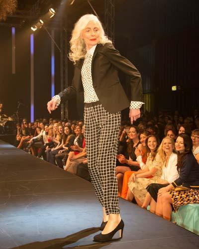 BRIGITTE Fashion Event: Der Blazer ist von Herr von Eden, die gepunktete Bluse von Strenesse, Hose von Tibi und die Schuhe sind von Gabor.