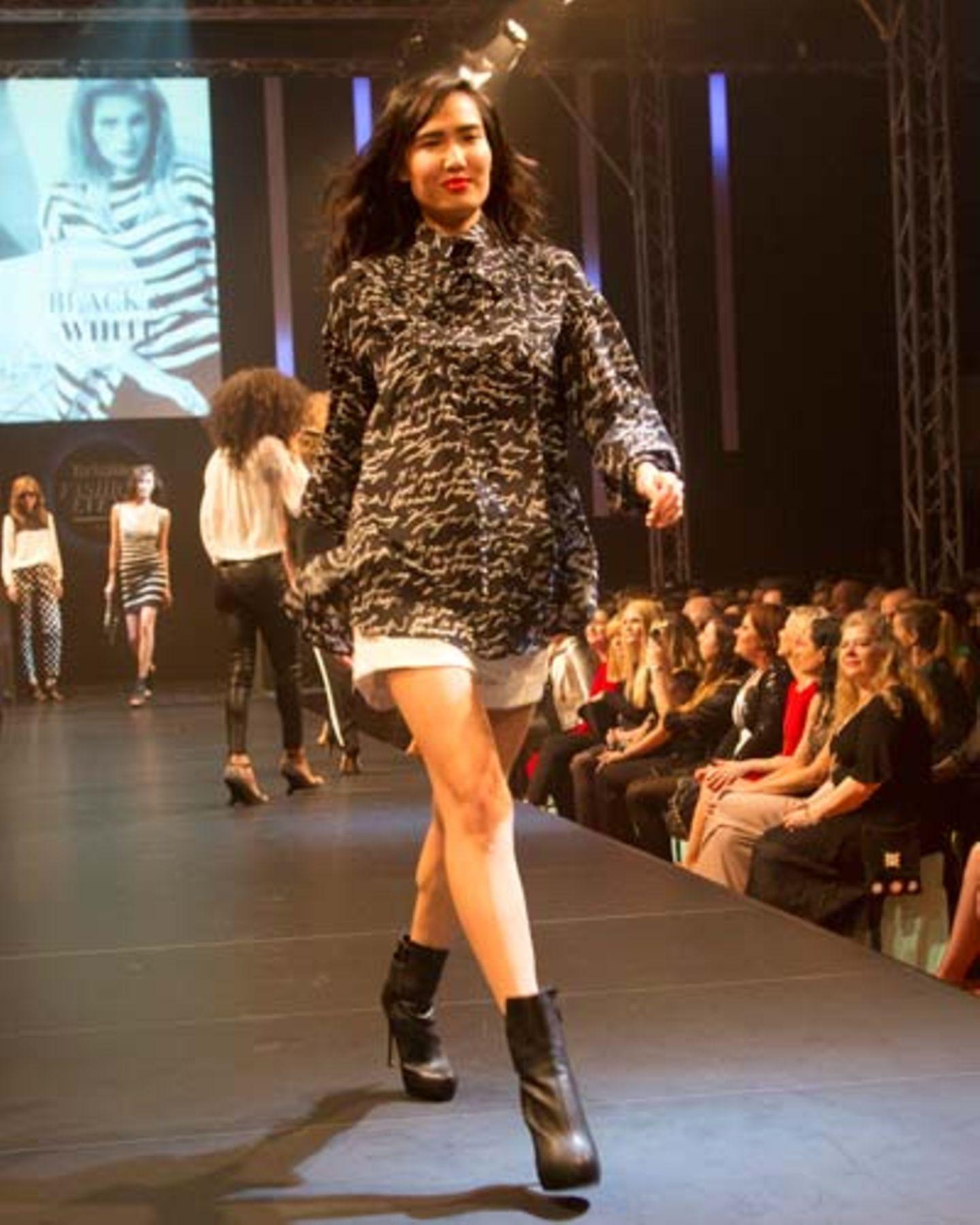 Pulli gesehen bei TK Maxx, Shorts über French Connection, Schuhe von JustFab.