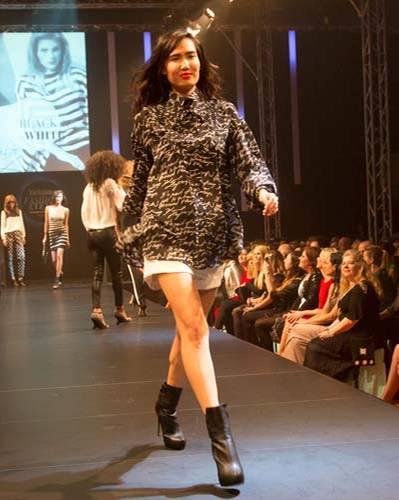 BRIGITTE Fashion Event: Pulli gesehen bei TK Maxx, Shorts über French Connection, Schuhe von JustFab.
