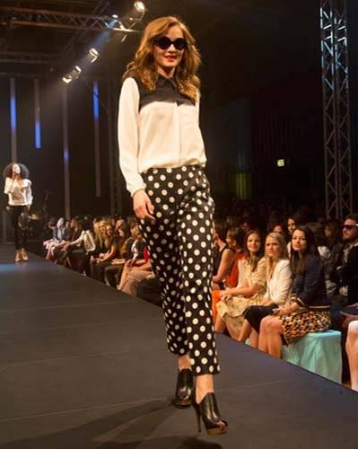 BRIGITTE Fashion Event: Die Seidenbluse ist von Tibi, die hübsch gepunktete Hose von Marimekko, Schuhe von Tamaris und die Brille gibt es bei Fielmann.