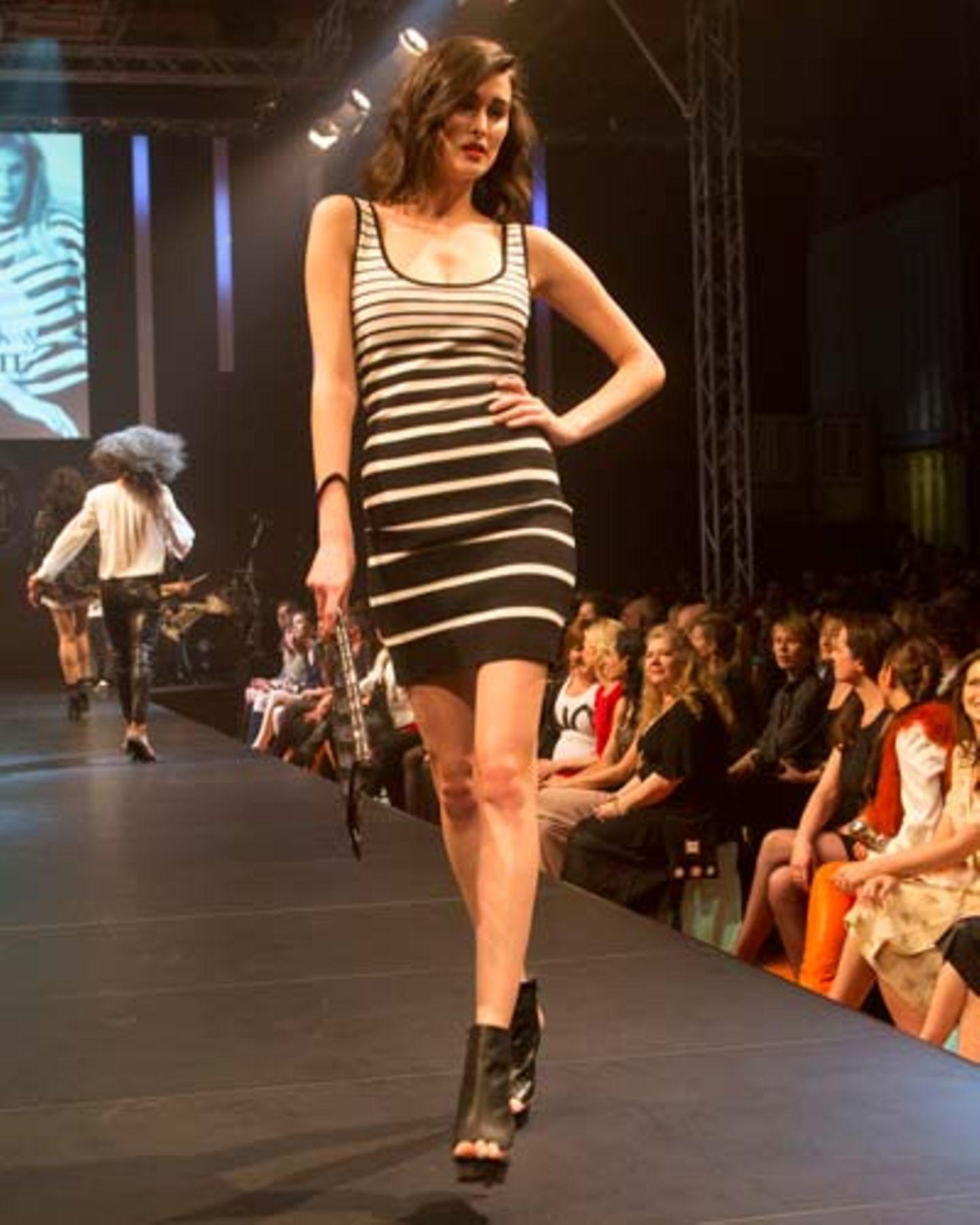 Das geringelte Kleid ist von Mango, die Clutch und die Schuhe sind von Vic Matié.