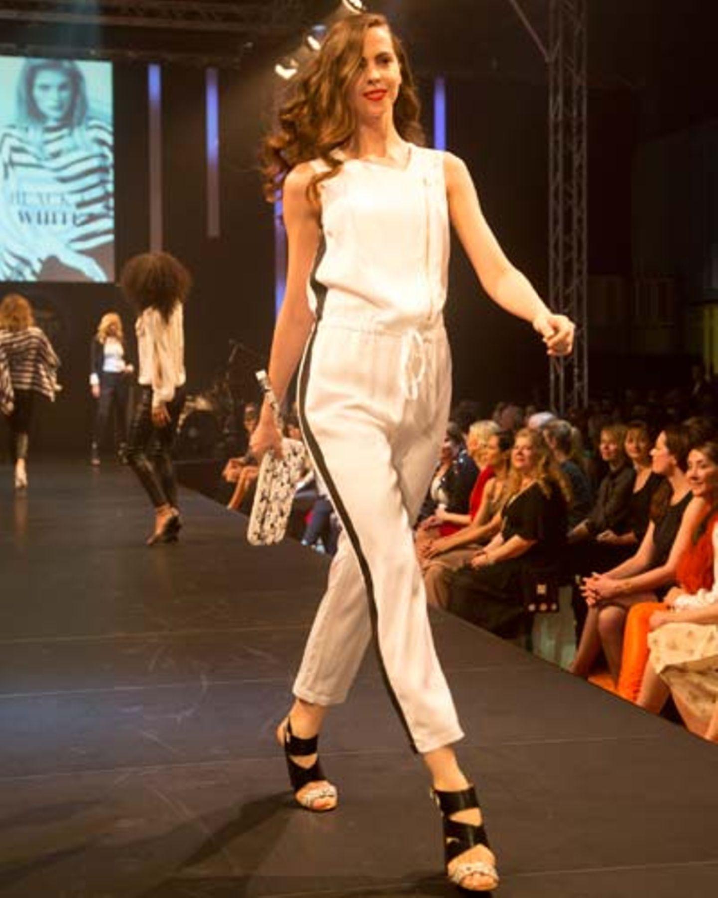 Der Overall ist von Blacky Dress, die Tasche von Lacoste und die Schuhe sind von JustFab.