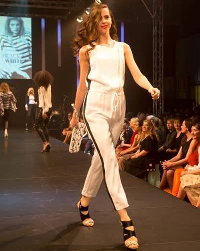 BRIGITTE Fashion Event: Der Overall ist von Blacky Dress, die Tasche von Lacoste und die Schuhe sind von JustFab.