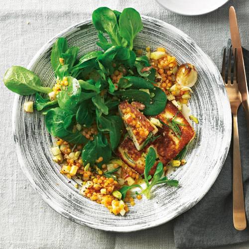 Wie vielfältig Salat sein kann, stellt dieses Rezept mal wieder unter Beweis. Knusprig gebratener Grillkäse und würzige Apfelwürfel sorgen für Abwechslung auf dem Teller und machen den Salat zum Sattmacher. Zum Rezept: Feldsalat mit Linsen und Schafkäse