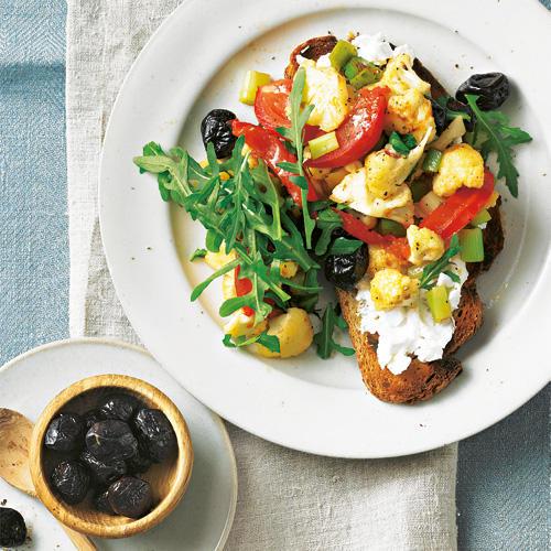 Gröstl wird klassisch mit Kartoffeln und Fleischstücken gemacht. Unsere vegetarische Variante mit Blumenkohl kommt viel leichter und raffinierter daher. Zum Rezept: Blumenkohlgröstl auf Ziegenkäse-Crostini