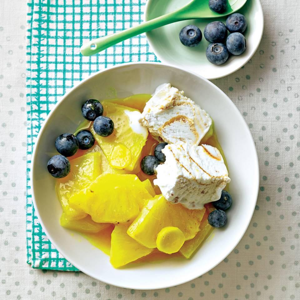 Wenn der Süßhunger kommt, muss es schnell gehen. Dieses Dessert mit Ananas mit Nusseis und Heidelbeeren ist ruckzuck fertig. Zum Rezept: Ananas mit Nusseis und Heidelbeeren