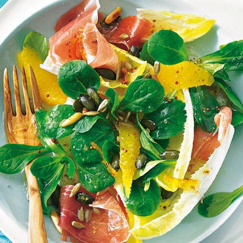 Eine Extraportion Vitamine können wir im Winter gut brauchen, da kommt der Salat mit Orangenfilets gerade recht. Walnussöl und Räucherschinken runden den Geschmack ab. Zum Rezept: Chicorée und Feldsalat mit Orangenfilets