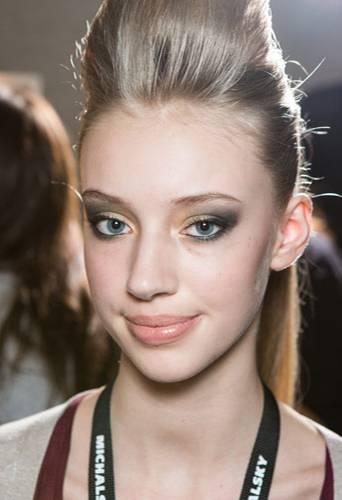 Fashion Week Berlin: Voilà: Der fertige Look mit grünlich-leuchtenden Smokey Eyes, Lippen in Nude und einem Hauch Rouge.
