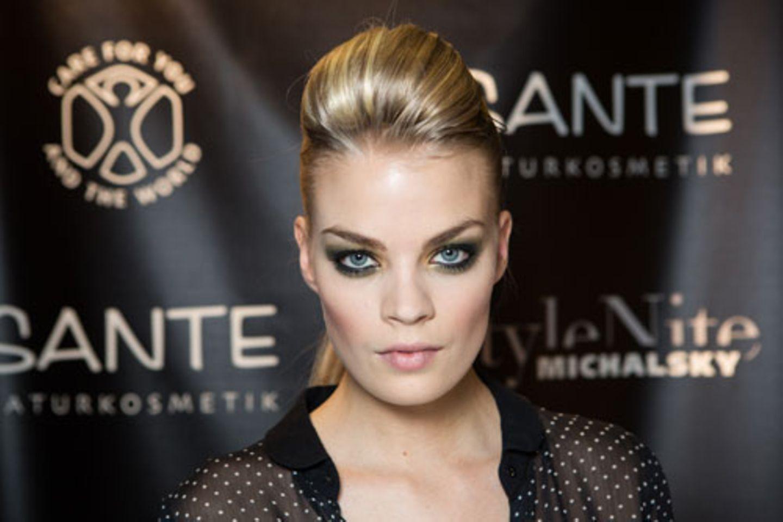 Anderes Model, gleicher Look. Der Blick wirkt durch die stark betonten Augen sehr intensiv.
