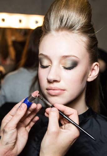 """Fashion Week Berlin: Ganz """"abgedeckt"""" bleiben die Lippen aber nicht: Ein zarter Roselnholz-Ton wird über den Abdeckstift gegeben."""