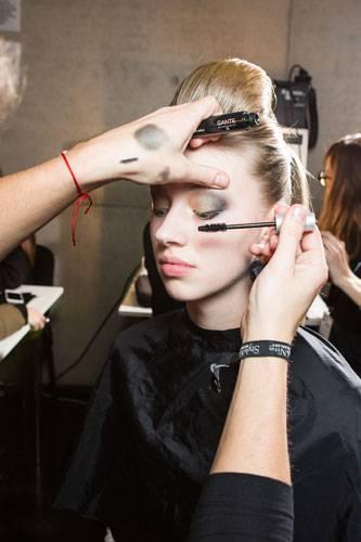 Fashion Week Berlin: Dann werden die Wimpern kräftig schwarz getuscht.