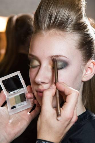 Fashion Week Berlin: Für einen harmonischen Farbverlauf werden die Töne anschließend mit einem Pinsel verblendet.