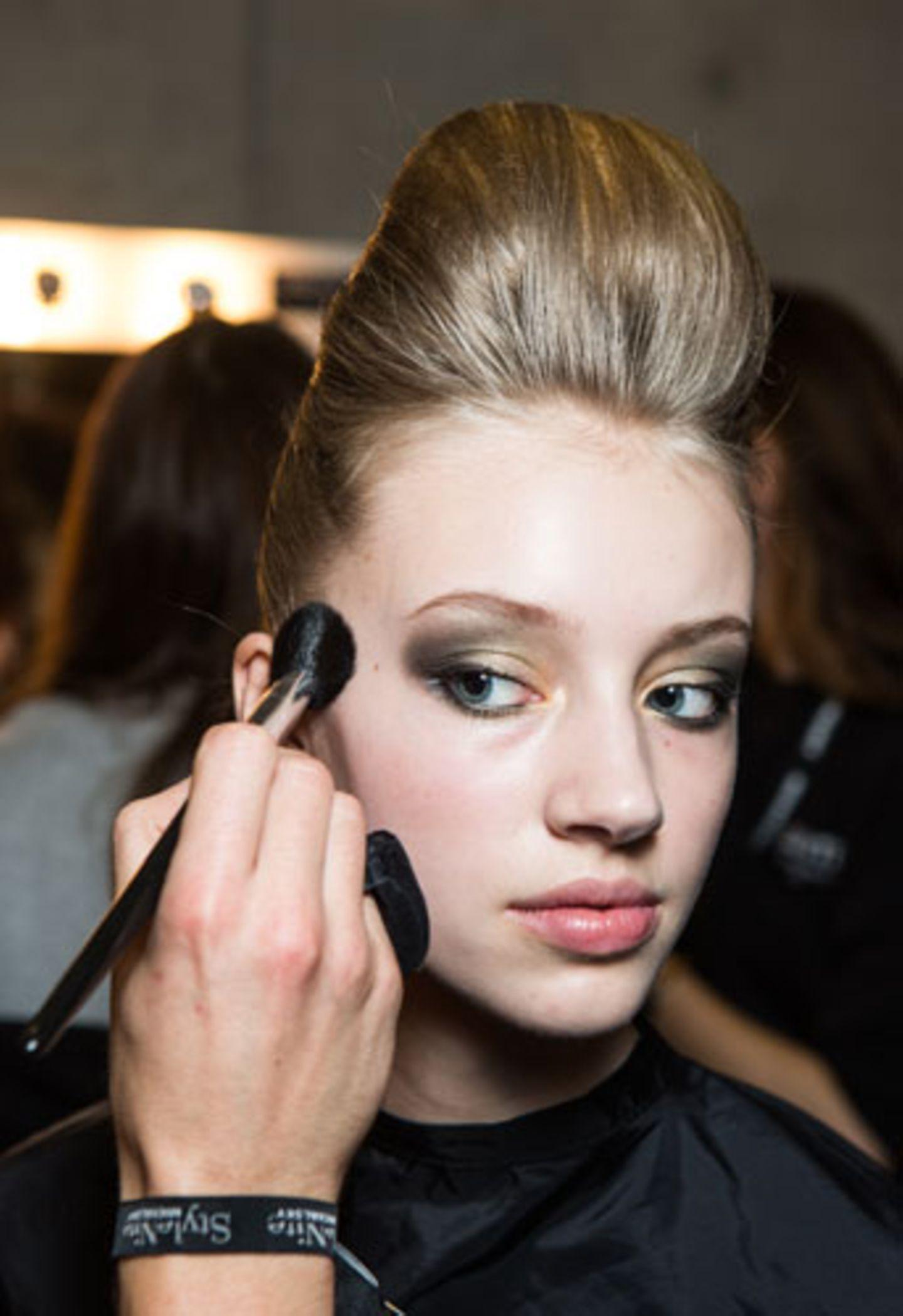 ...sollte der Rest des Make-ups dezent ausfallen. Die Wangen bekommen daher nur einen Hauch Rouge, der mit einem weichen Pinsel aufgestäubt wird.