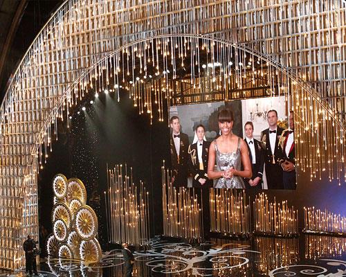 Kino: Michelle Obama: Noch eine Überraschung: Jack Nicholson betritt die Bühne um den Oscar für den besten Film zu verkünden - und schaltet per Videoleinwand live ins Weiße Haus zu Michelle Obama, die den Gewinner verkündet. Und nachdem so einige Oscar-Presenter lustlos ihre Moderationstexte runtergeleiert hatten, war Michelle Obama ein schöner Kontrast: Sie schien sich nämlich wahnsinnig zu freuen, dass sie bei den Oscars dabei sein durfte.