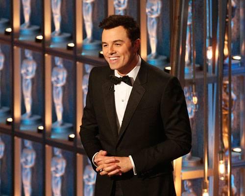 """Kino: Der Moderator: Seth MacFarlane Nicht jeder Gag traf ins Schwarze, und gelegentlich guckte sogar das Publikum eher peinlich berührt, wenn MacFarlane um jeden Preis noch einen """"Rihanna und Chris Brown""""-Witz bringen musste. Aber trotzdem: Seine Oscar-Eröffnung war die lustigste seit Jahren. Und wir fragen uns immer noch, wie genau er ein Abspann-Lied über alle Verlierer texten konnte, wenn die doch eigentlich offiziell vorher nicht bekannt sind.     Mehr bei BRIGITTE.de: Oscar-Stilkritik: Die Tops&Flops vom roten Teppich Video: Die besten Oscar-Kleider """"Les Misérables"""" - ein Film zum Lieben oder Hassen"""