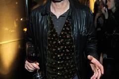 Schauspieler Peter Lohmeyer betrachtete die Sommertrends 2013 in Lederjacke und Blümchenweste.