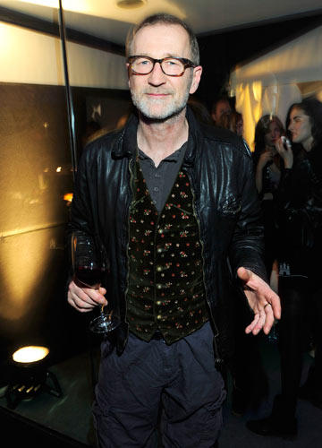 BRIGITTE Fashion Event: Schauspieler Peter Lohmeyer betrachtete die Sommertrends 2013 in Lederjacke und Blümchenweste.