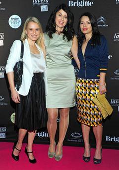 Die Moderatorin Nova Meierhenrich, BRIGITTE-Chefredakteurin Brigitte Huber und die Schauspielerin Cosma Shiva Hagen beim BRIGITTE Fashion Event. Auf dem 18 Meter langen Laufsteg im Hamburg Cruise Center präsentierte die Mode-Redaktion die acht wichtigsten Trends der kommenden Saison.