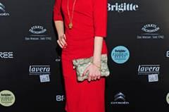 Die Schauspielerin Eva Habermann kam im roten Etuikleid zum BRIGITTE Fashion Event.