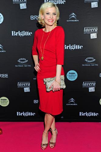 BRIGITTE Fashion Event: Die Schauspielerin Eva Habermann kam im roten Etuikleid zum BRIGITTE Fashion Event.