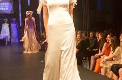 Das weiße Kleid mit kleiner Schleppe ist von Sibilla Pavenstedt.