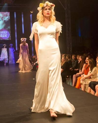 BRIGITTE Fashion Event: Das weiße Kleid mit kleiner Schleppe ist von Sibilla Pavenstedt.