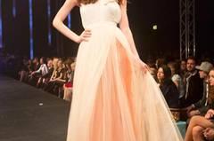 Das Kleid mit applizierten Blüten ist von Elisabetta Franchi, der Unterrock von Sibilla Pavenstedt.
