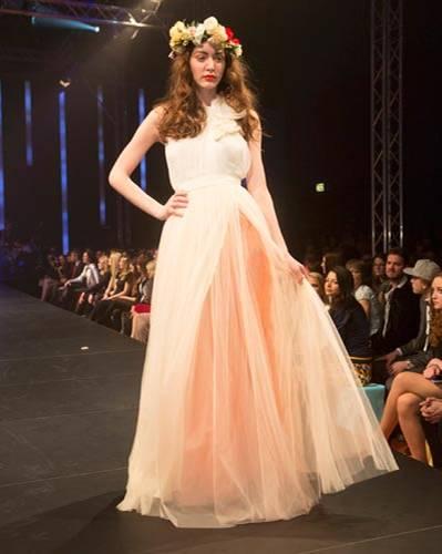 BRIGITTE Fashion Event: Das Kleid mit applizierten Blüten ist von Elisabetta Franchi, der Unterrock von Sibilla Pavenstedt.