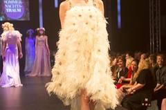 Das mit Federn verzierte Kleid im 20er-Jahre-Stil ist von Basler.