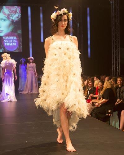 BRIGITTE Fashion Event: Das mit Federn verzierte Kleid im 20er-Jahre-Stil ist von Basler.