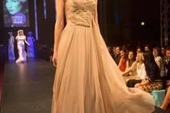 Das beige Abendkleid ist von Georget Arend.