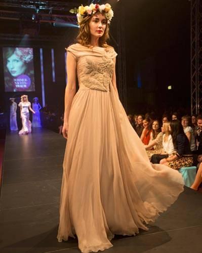 BRIGITTE Fashion Event: Das beige Abendkleid ist von Georget Arend.