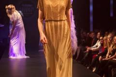 Goldenes Kleid von Barbara Schwarzer.