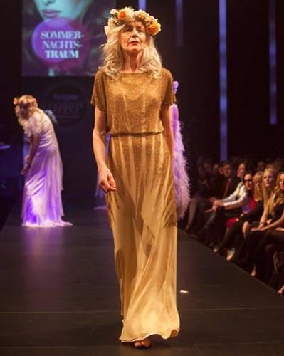 BRIGITTE Fashion Event: Goldenes Kleid von Barbara Schwarzer.
