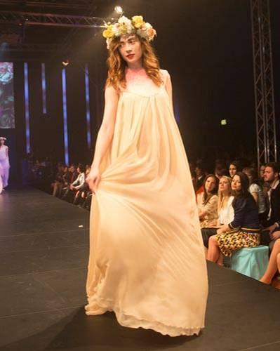 BRIGITTE Fashion Event: Langes Kleid mit besticktem Oberteil von Aigner.