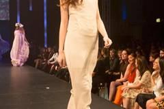 Das eng anliegende Kleid mit verzierter Schulterpartie ist von Malaika Raiss.