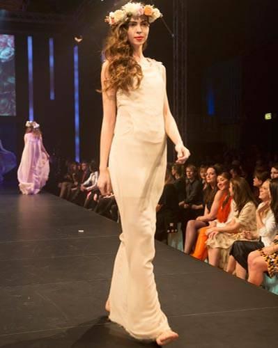BRIGITTE Fashion Event: Das eng anliegende Kleid mit verzierter Schulterpartie ist von Malaika Raiss.
