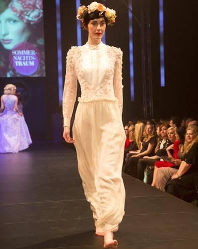 BRIGITTE Fashion Event: Der aufwendig bestickte Body ist von Elisabetta Franchi, der lange Rock von Deha.