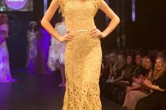 Das goldene Häkelkleid ist von Sibilla Pavenstedt, das Unterkleid von Mey.