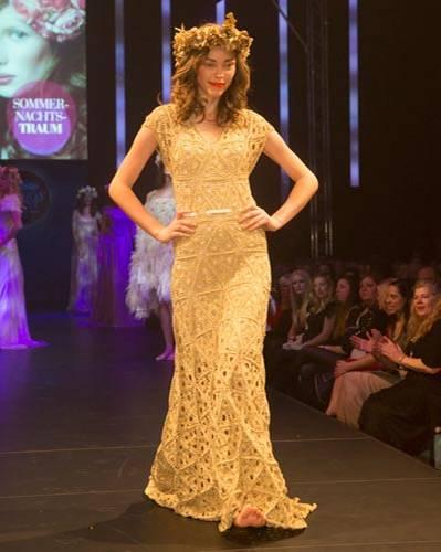 BRIGITTE Fashion Event: Das goldene Häkelkleid ist von Sibilla Pavenstedt, das Unterkleid von Mey.