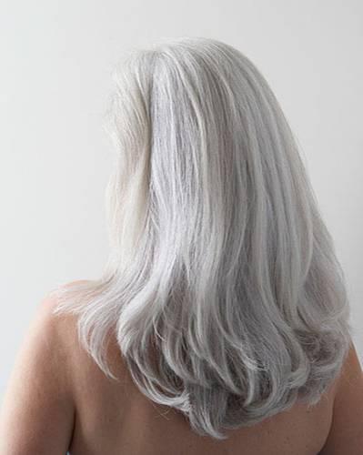 trockene Haare pflegen: graue Haare Frau