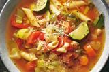 """Anna: """"Was ich an ihr so mag? Dass sich die Gemüsestücke und die Nudeln so herrlich mit der köstlichen Suppe vollsaugen, das aromatische Olivenöl darin, den frisch geriebenen Parmesan darüber. Kurz gesagt: alles!"""" Zum Rezept: Italienische Minestrone"""