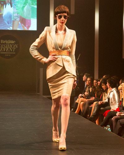 BRIGITTE Fashion Event: Etuikleid und passender Blazer: Glaw. Gürtel: Elloello. Schuhe: JustFab. Brille: Mykita.