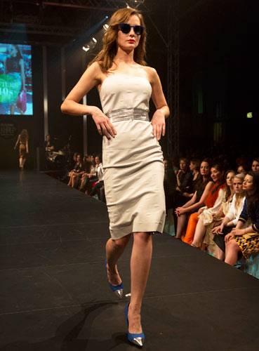 BRIGITTE Fashion Event: Bandeaukleid von Lacoste. Gürtel: Elloello. Schuhe: Deichmann. Brilla: Mykita.
