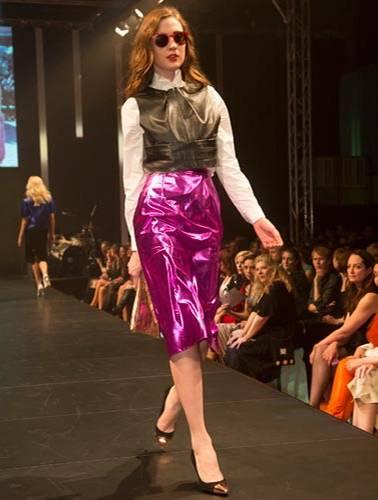 BRIGITTE Fashion Event: Pretty in Pink! Der Rock ist von Elloello. Leadertop: Prose. Hemd: Herr von Eden. Schuhe: Mango. Tasche: Gianni Chiarini. Brille: Mykita.