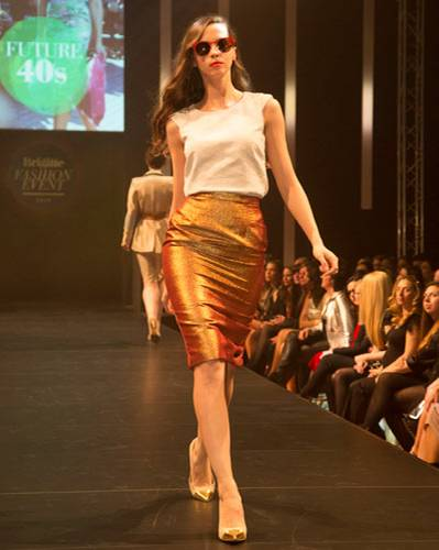 BRIGITTE Fashion Event: Der glänzende Rock ist von Elloello, das Top von Boden. Schuhe: JustFab. Brille: Mykita.