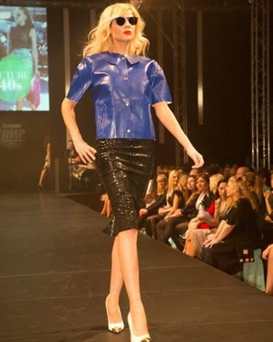 BRIGITTE Fashion Event: Kastig geschnittenes Top von Baum & Pferdegarten. Rock: Asos. Schuhe: Deichmann. Tasche: Gianni Chiarini. Brille: Mykita.