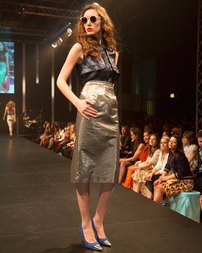 BRIGITTE Fashion Event: Alles glänzt! Top von Markus Lupfer, Rock von Elloello. Schuhe: Deichmann. Brille: Mykita.